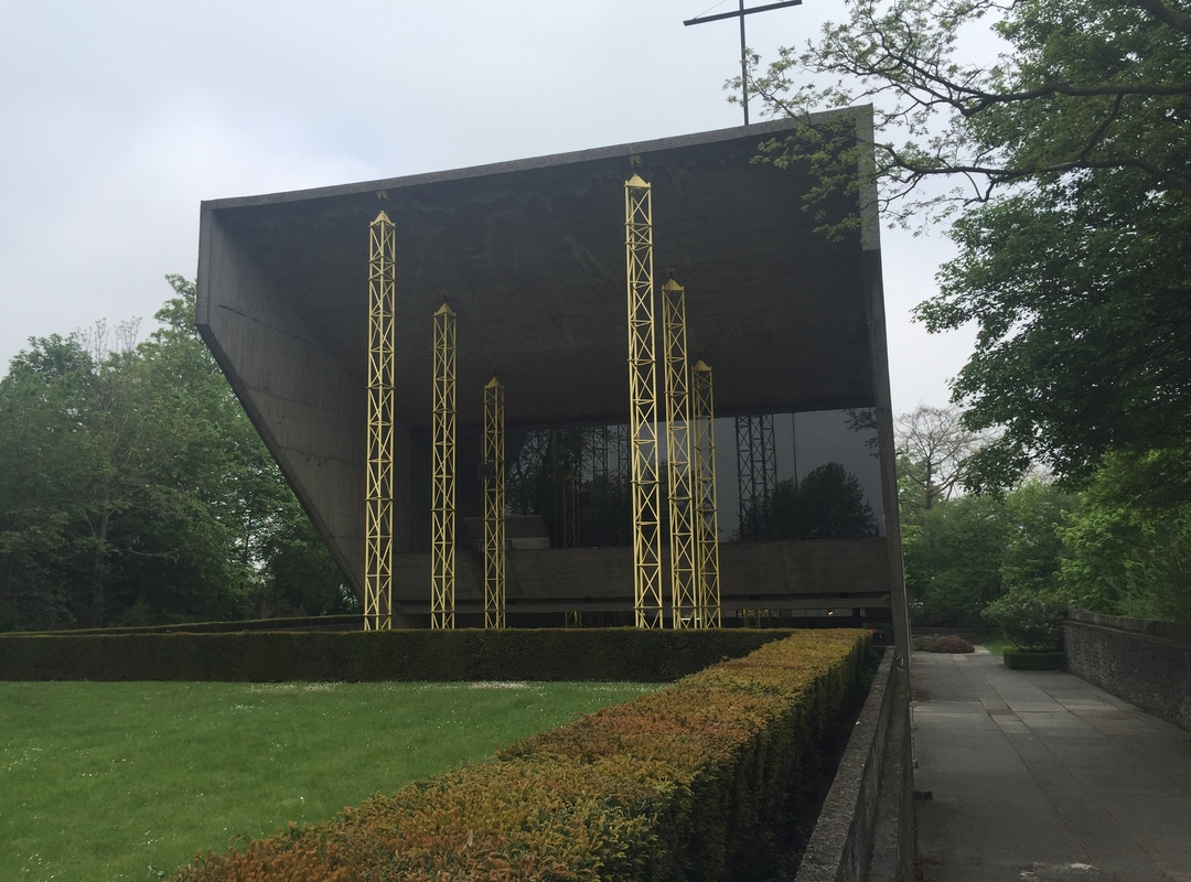De kapel van Kerselare met de intussen vertrouwde gele stutpalen.